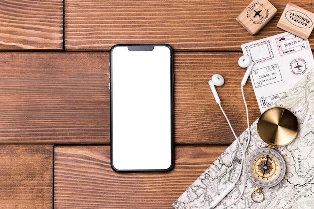 Вид сверху мобильный телефон с компасом и картой мира