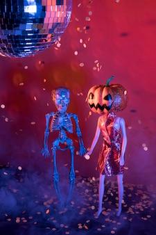 Крупный план жуткие игрушки на хэллоуин и диско-шар