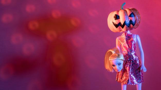 Крупным планом жуткие игрушки на хэллоуин и диско-шар