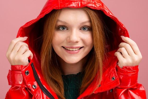 赤いジャケットを着てクローズアップ女性