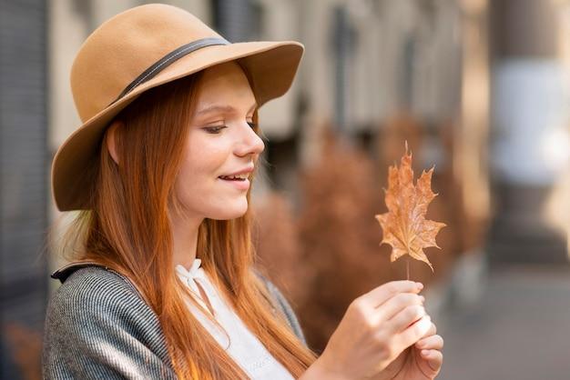 Боковой вид женщина смотрит на лист