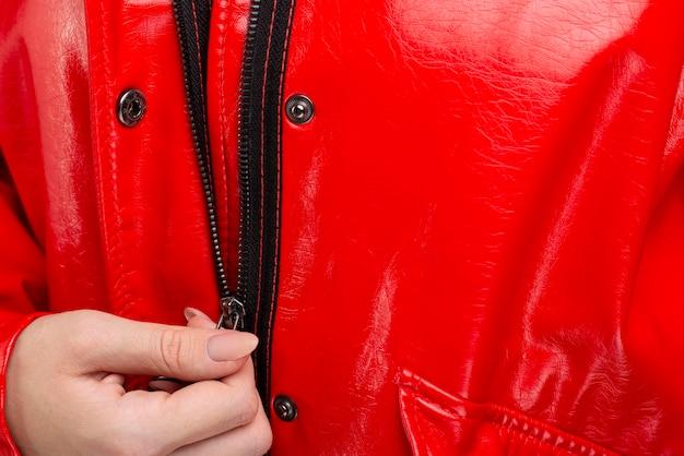 クローズアップの赤いレインジャケット