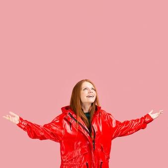 ミディアムショットのスマイリー女性のジャケット