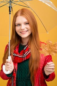 秋の服を着ているスマイリー女性