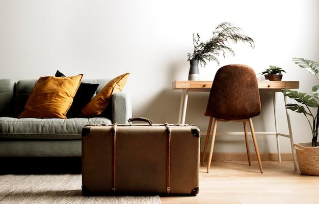Интерьер вид спереди с винтажным чемоданом
