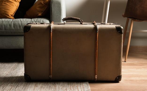 Крупный план старинный чемодан на полу