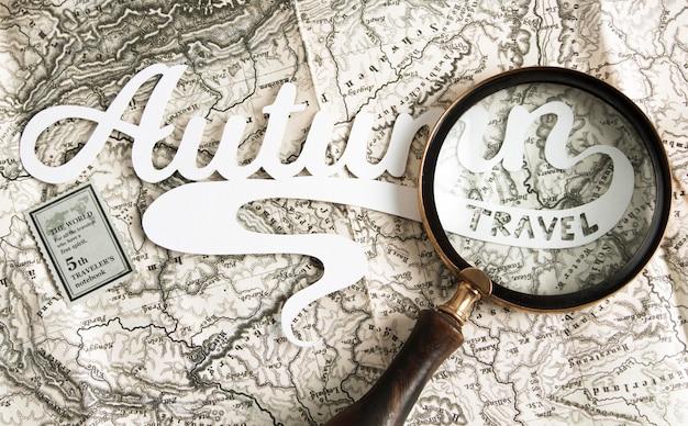 地図の上に虫眼鏡を上から見る