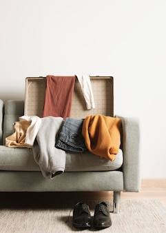 Вид спереди винтажный чемодан с повседневной одеждой