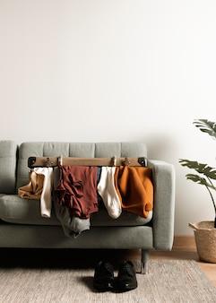 Вид спереди ретро чемодан с повседневной одеждой