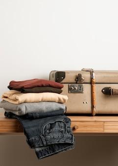 カジュアルな服を着て正面ビンテージスーツケース
