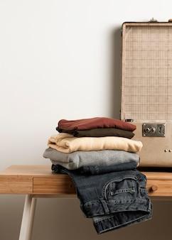 Крупным планом повседневная одежда с винтажным чемоданом
