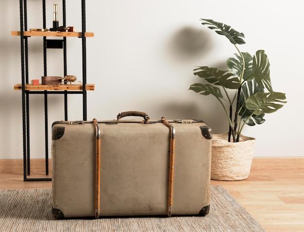 Интерьер переднего вида с ретро чемоданом