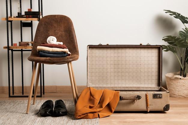 Вид спереди повседневной одежды с винтажным чемоданом
