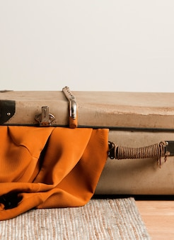 床にクローズアップヴィンテージスーツケース