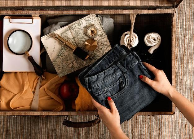Вид сверху индивидуальной упаковки винтажного чемодана