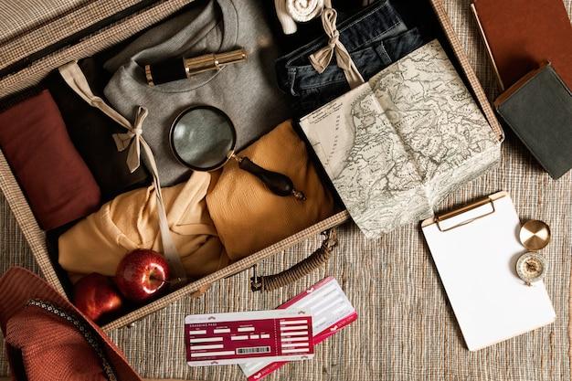 Вид сверху винтажный чемодан с повседневной одеждой