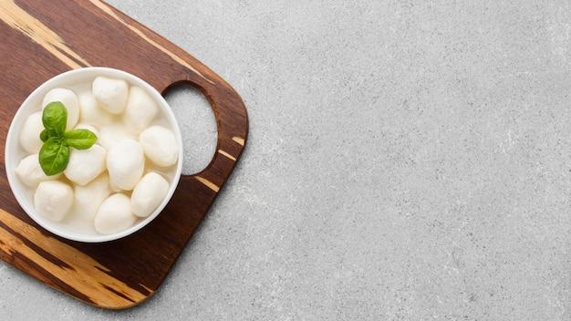 コピースペースとトップビューの新鮮なモッツァレラチーズ