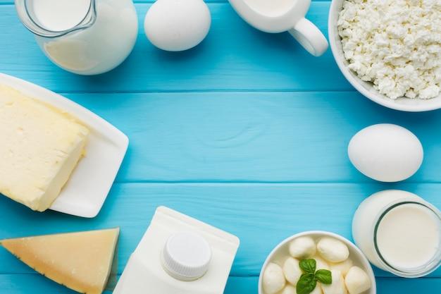 提供する準備ができている新鮮なチーズの品揃え