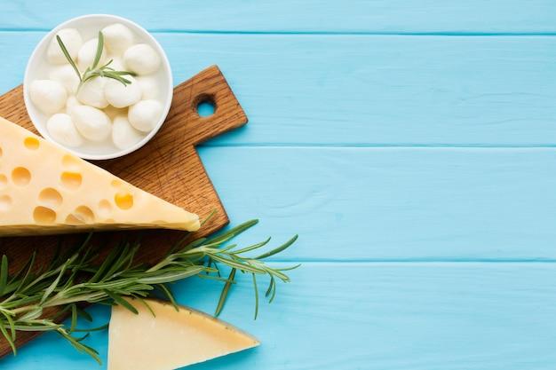 トップビューローズマリーとおいしいスイスチーズ