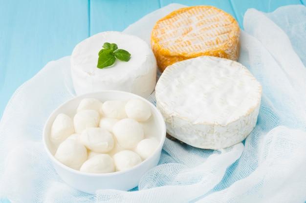 テーブルの上の新鮮なチーズのクローズアップの品揃え