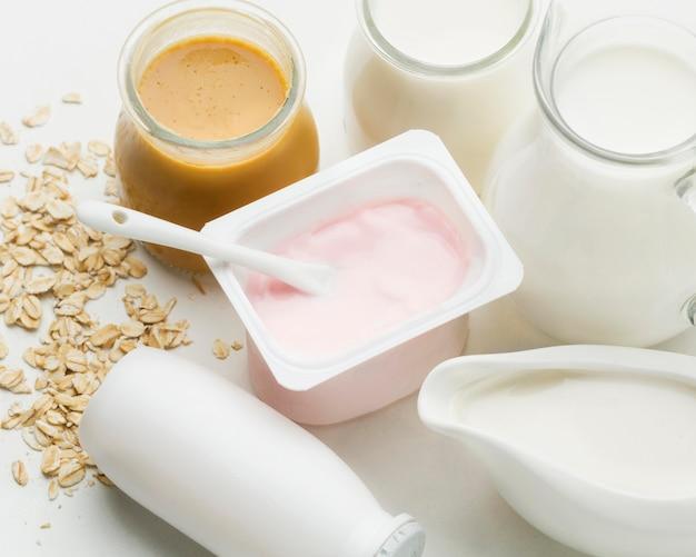 有機牛乳とクローズアップの新鮮なヨーグルト