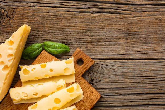 トップビューコピースペース付きのおいしいチーズ