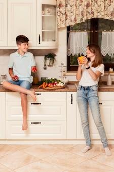 食糧を準備する台所の子供たち