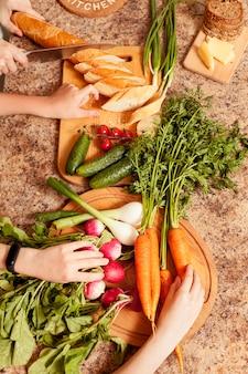 パンとテーブルの上の野菜のトップビュー
