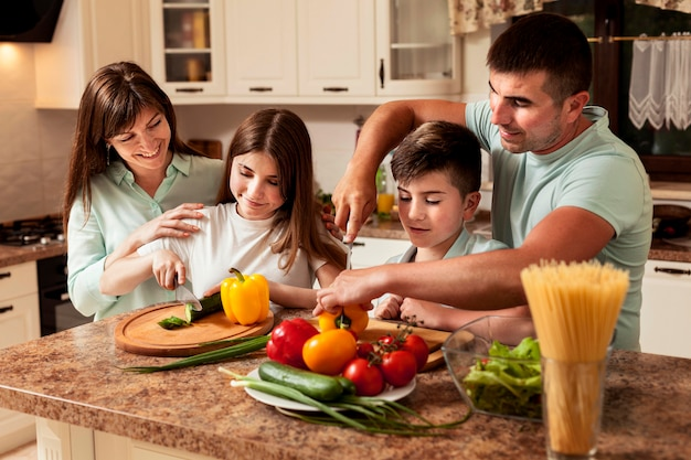 Семья готовит еду вместе на кухне
