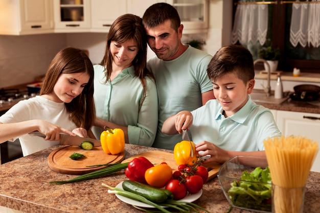 台所で料理を準備する家族