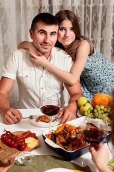 父は夕食の席で娘とポーズ