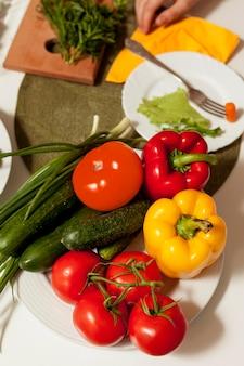 夕食のテーブルに野菜の高角度