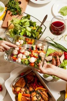 食品と高角度のディナーテーブル