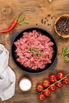 Вид сверху мяса с помидорами