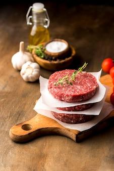 ハーブとオイルを使った肉の高角度