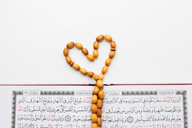 クルアーンとトップビューイスラム新年コンセプト