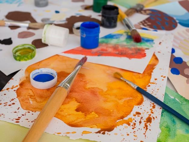 Высокий угол кисти с разноцветной краской