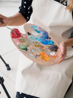 ペイントパレットを保持している女性アーティストのハイアングル