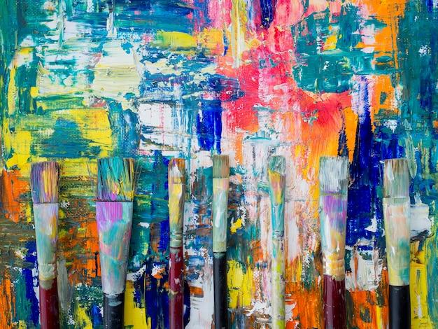 Вид сверху кистей с разноцветной краской