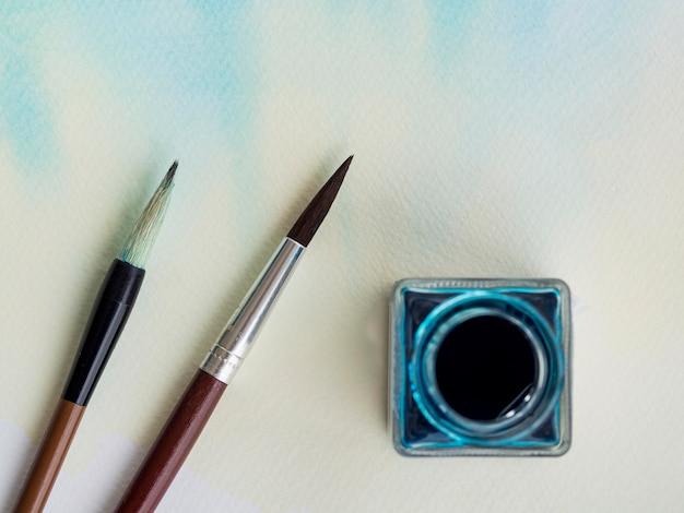 水彩画とブラシのトップビュー
