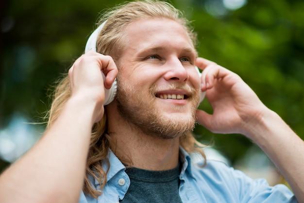 ヘッドフォンでスマイリー男の側面図