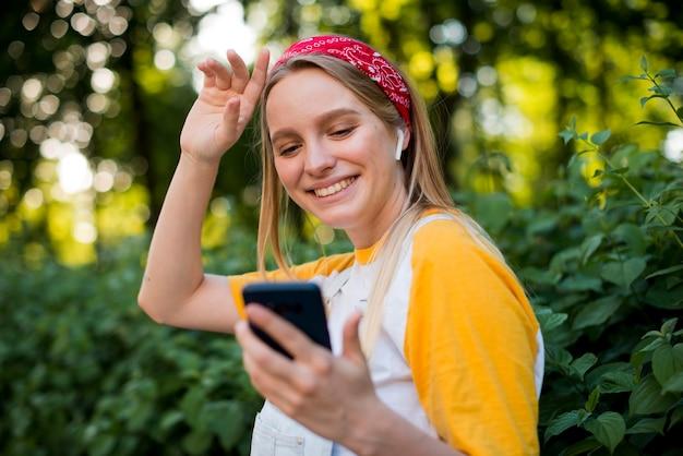 屋外で音楽を聴く女性の側面図