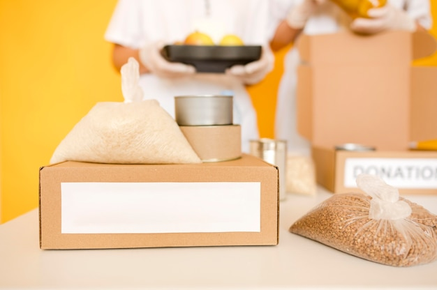 Вид спереди коробки с подаренной едой