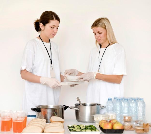 寄付のための食糧を準備している女性の正面図