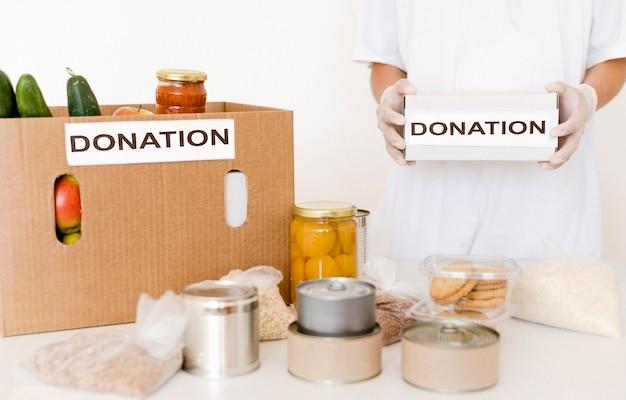 Вид спереди ящиков для пожертвований, наполненных едой