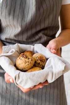 Крупным планом женщина, держащая булочки