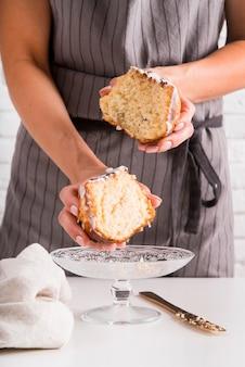 パウンドケーキを保持している正面図女性