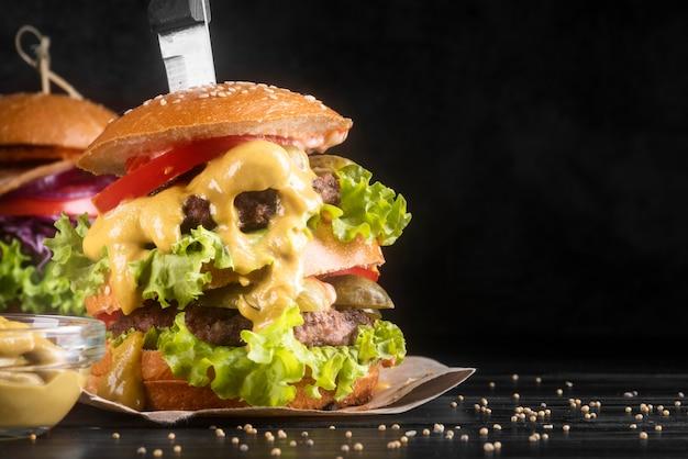 正面のおいしいハンバーガーメニューの配置のクローズアップ