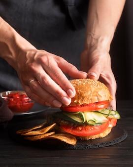 Композиция переднего вида с вкусным гамбургером