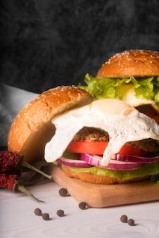 白いテーブルに美味しいハンバーガーの品揃え